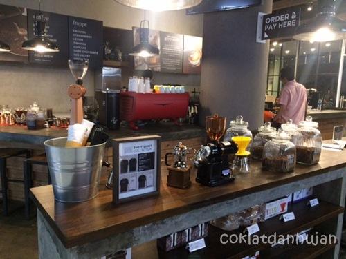tempat nongkrong seru di bec bandung - upnormal coffee roaster